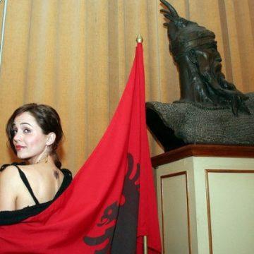 """Albanian Hollywood actress Eliza Dushku presents """"Dear Albania"""" documetary, in Tirana"""