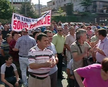 Tirana merchants protest against the closure of a fruit and vegetable market